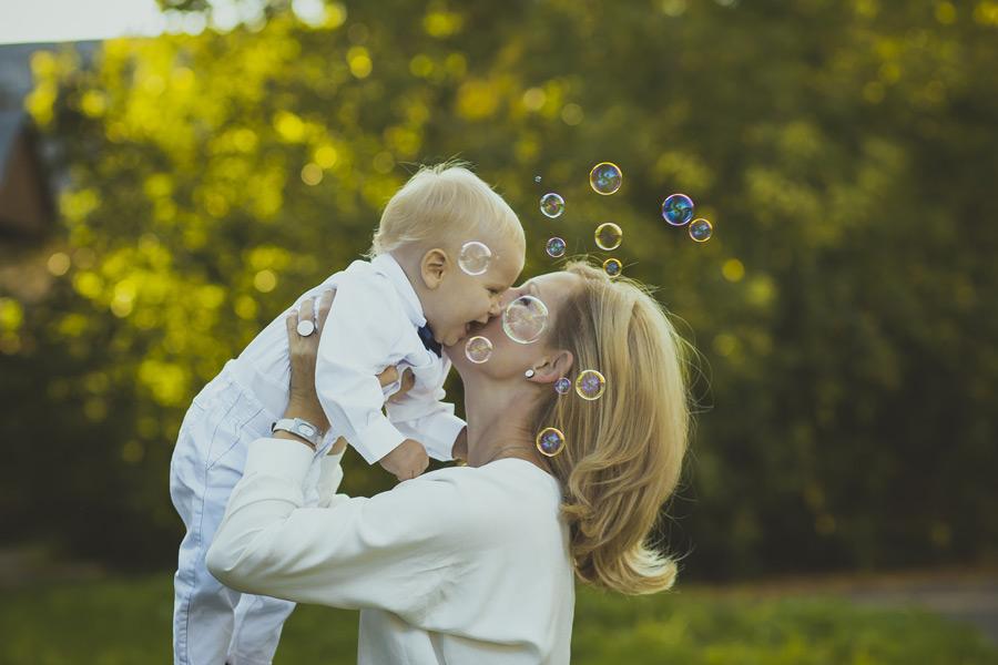 フリー写真 シャボン玉と赤ちゃんにキスをするママ