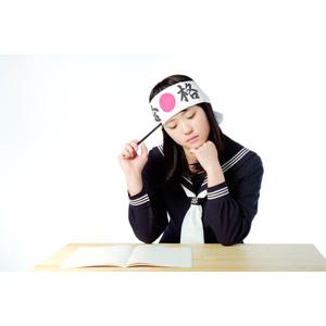 フリー写真, 人物, 少女, アジアの少女, 日本人, 少女(00048), 学生(生徒), 高校生, はちまき, 受験生, セーラー服(学生服), 学生服, 白背景, 勉強机, 勉強(学習), 顎に手を当てる, 分からない