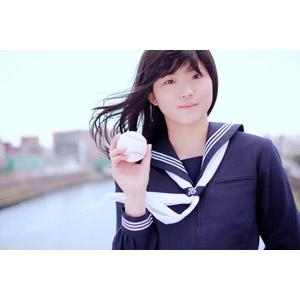 フリー写真, 人物, 少女, アジアの少女, 日本人, 少女(00048), 学生(生徒), 高校生, セーラー服(学生服), 学生服, 野球(ベースボール), 野球ボール, 高校野球, 髪がなびく