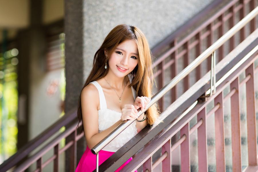 フリー写真 階段の手すりに手を置く女性のポートレイト