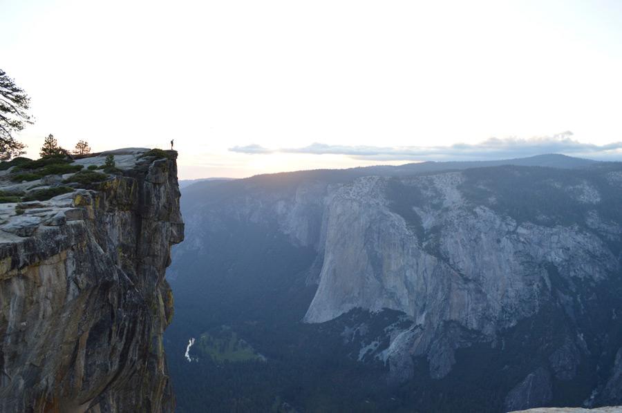 フリー写真 ヨセミテ渓谷と崖の上に立つ人物
