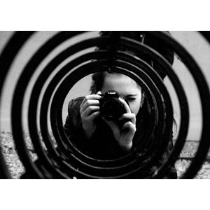フリー写真, 人物, 女性, 外国人女性, カメラ, 一眼レフカメラ, 写真撮影, キャノン, モノクロ, トンネル状