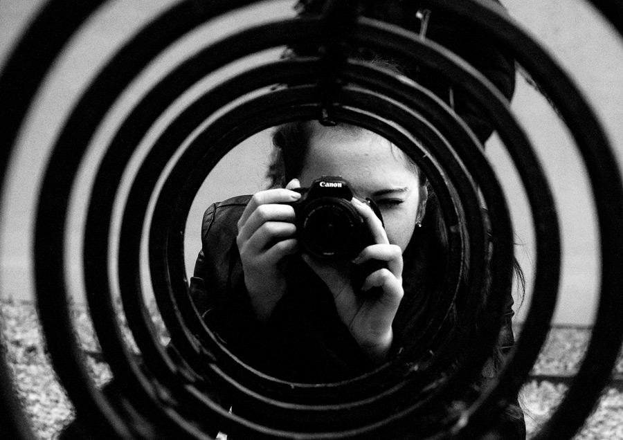 フリー写真 並んだリングとカメラで写真を撮る外国人女性
