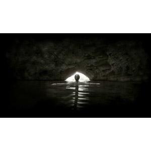フリー写真, 人物, 女性, 外国人女性, 後ろ姿, 海水浴, 手を広げる, モノクロ, 人と風景, 海蝕洞(海食洞), 洞窟, 海