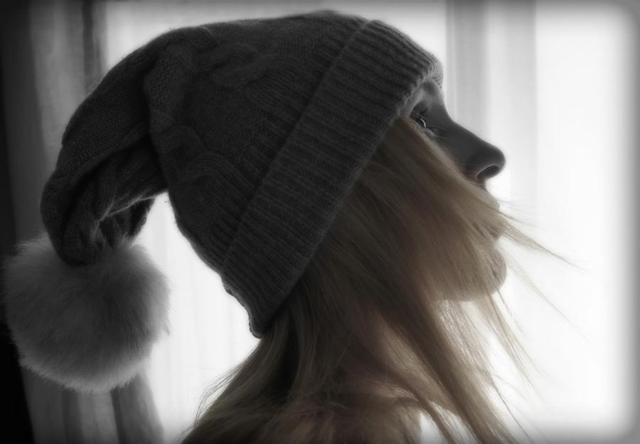 フリー写真 ニット帽を被る外国人女性の横顔