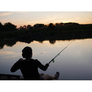 フリー写真, 人物, 女性, 外国人女性, 魚釣り(フィッシング), 釣り竿, 人と風景, 後ろ姿, 湖, 夕暮れ(夕方)