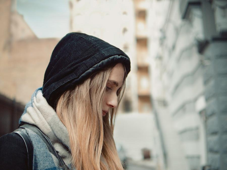 フリー写真 フードを被って俯く外国人女性の横顔