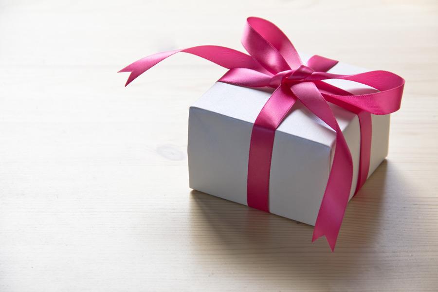 フリー写真 リボンでラッピングされたプレゼント