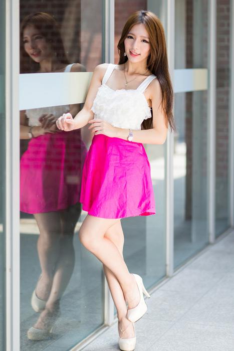 フリー写真 ガラス窓の前で片足を上げる女性のポートレイト