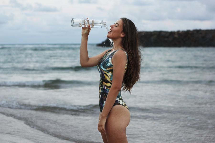 フリー写真 水着姿で水を飲む外国人女性