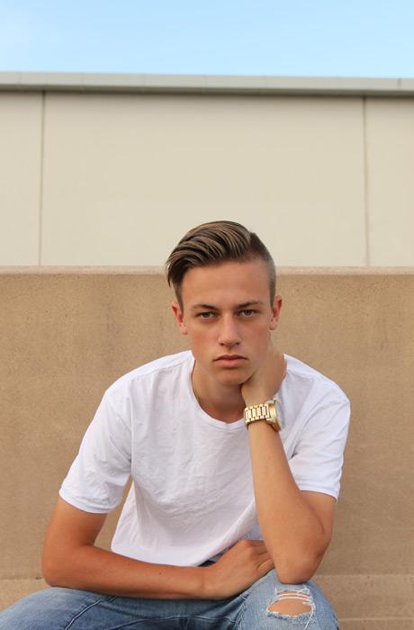 フリー写真 首に手を当てるオーストラリアの少年
