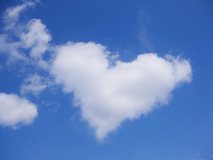 フリー写真 青空とハートの雲