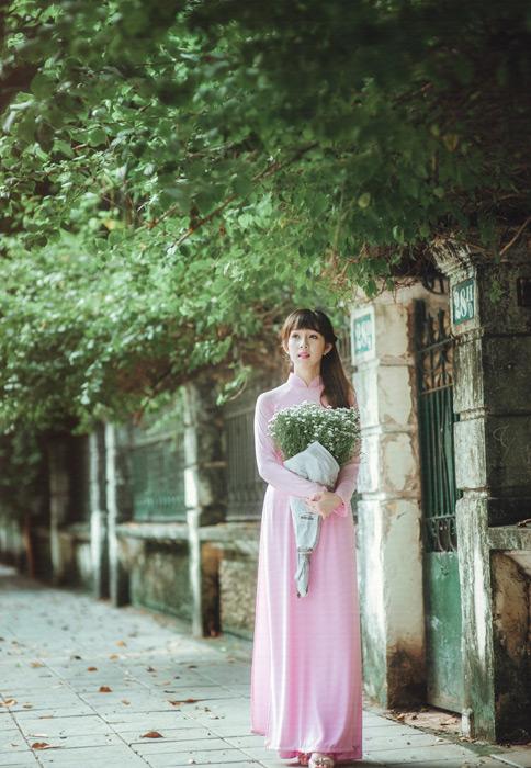 フリー写真 かすみ草の花束を抱える女性のポートレイト