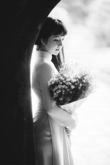 フリー写真 アオザイ姿でカスミソウをの花束を持つベトナム人女性