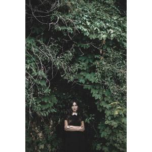 フリー写真, 人物, 女性, 外国人女性, 植物, 葉っぱ, 人と風景, 腕を抱える