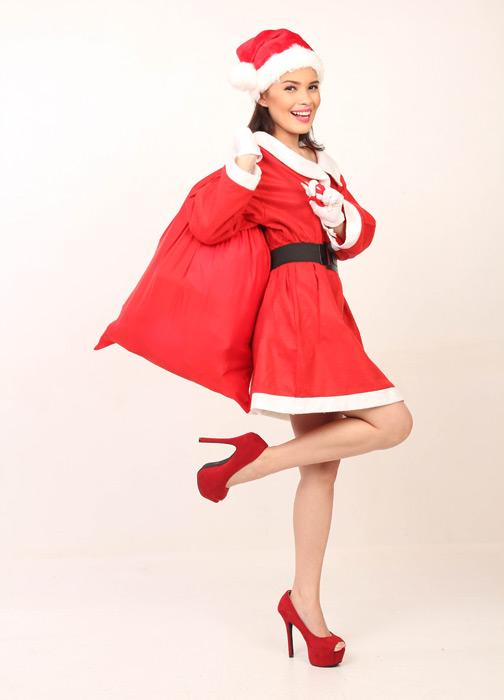 フリー写真 サンタの衣装でプレゼント袋を担ぐ女性