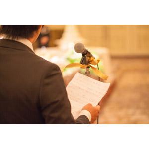 フリー写真, 人物, 男性, 後ろ姿, 演説(スピーチ), 結婚式(ブライダル), マイク, 挨拶