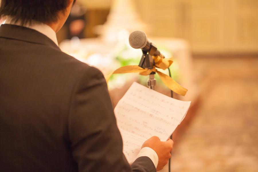 フリー写真 結婚式でスピーチする男性の後ろ姿