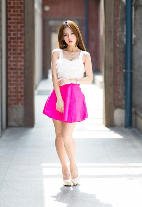 フリー写真 ミニスカート姿で立つ女性のポートレイト