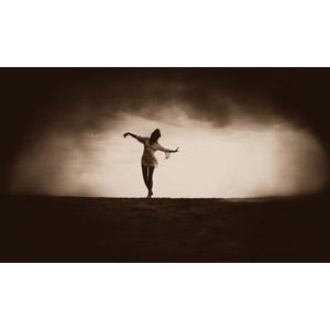 フリー写真, 人物, 女性, 踊る(ダンス), 人と風景, 暗雲, セピア色, 手を広げる