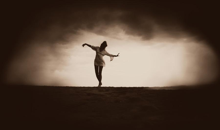 フリー写真 暗雲の下で踊る女性