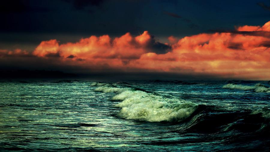 フリー写真 夕焼けに染まる雲と波の風景