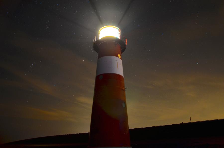 フリー写真 光を放つ灯台の風景