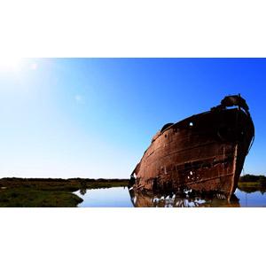 フリー写真, 風景, 船, 座礁船(放置船), 青空