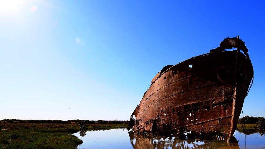 フリー写真 朽ち果てた放置船と青空の風景