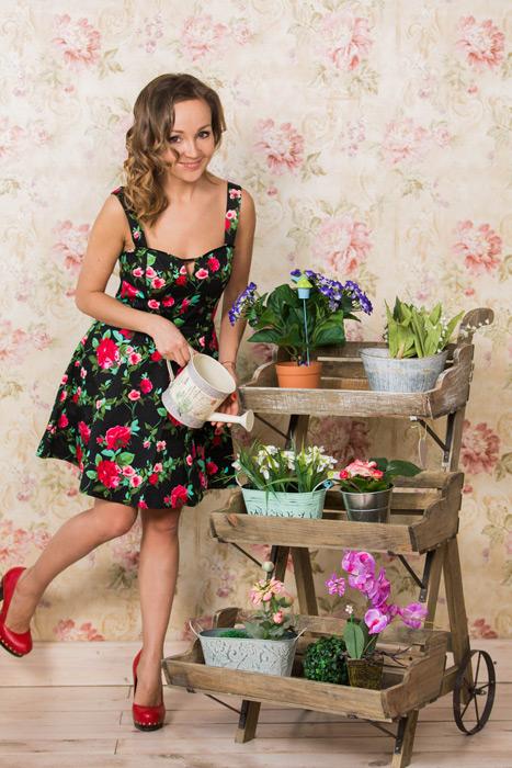 フリー写真 植物に水をやる外国人女性