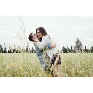 フリー写真, 人物, カップル, 恋人, 抱き合う, 草むら, 二人, 笑う(笑顔)