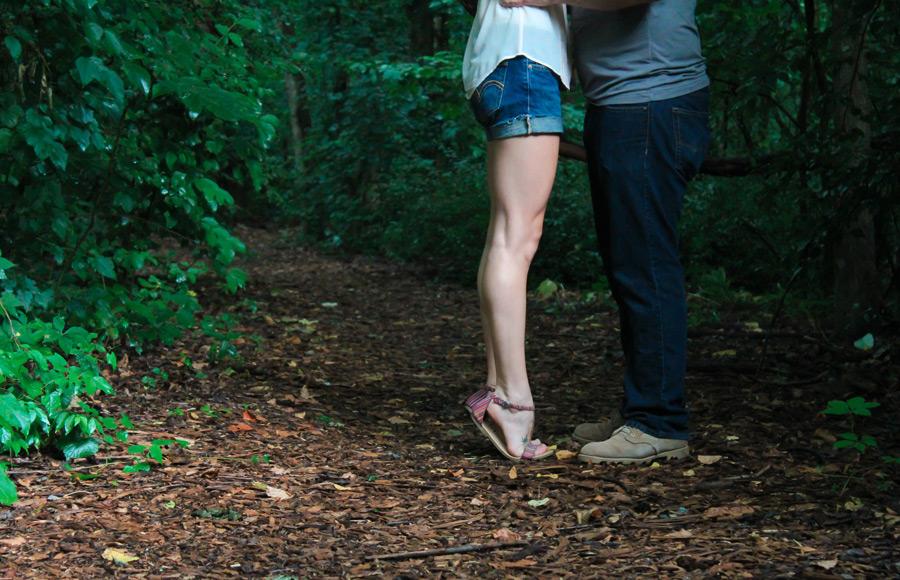 フリー写真 爪先立ちしてキスをする彼女と彼氏