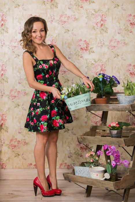 フリー写真 鉢植えの花を持つロシア人女性