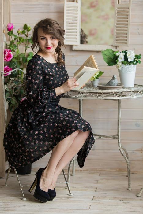 フリー写真 テーブルで本を読んでいるロシア人女性