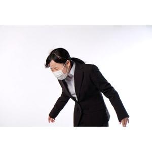 フリー写真, 人物, 女性, アジア人女性, 女性(00083), 日本人, 衛生マスク, ビジネス, 職業, ビジネスウーマン, OL(オフィスレディ), くしゃみ, 病気, 風邪, インフルエンザ, 花粉症, ポニーテール, 白背景, 目を閉じる