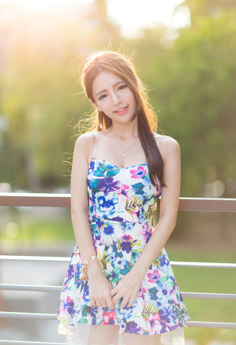 フリー写真 花柄のドレス姿の女性のポートレイト