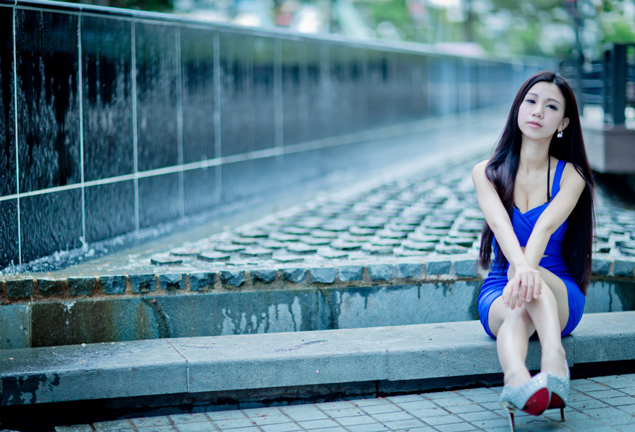 フリー写真 青いワンピース姿で階段に座る女性のポートレイト