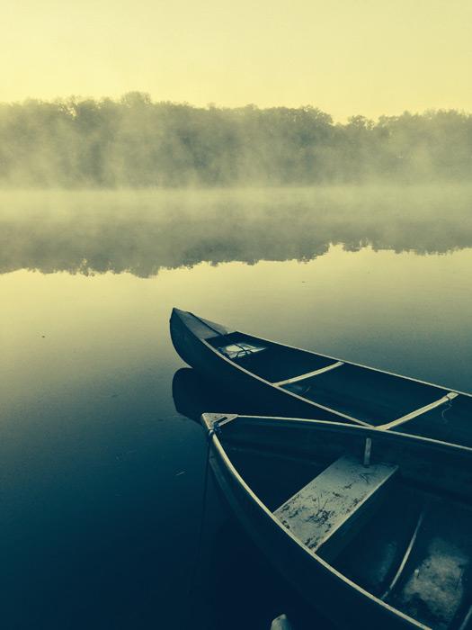 フリー写真 舟と霧のかかる湖の風景