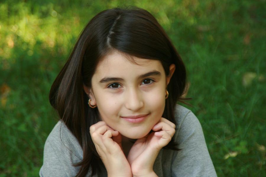 フリー写真 顎に手を当てるルーマニアの女の子