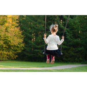 フリー写真, 人物, 子供, 女の子, 外国の女の子, 後ろ姿, ブランコ, 遊具, 子供の遊び
