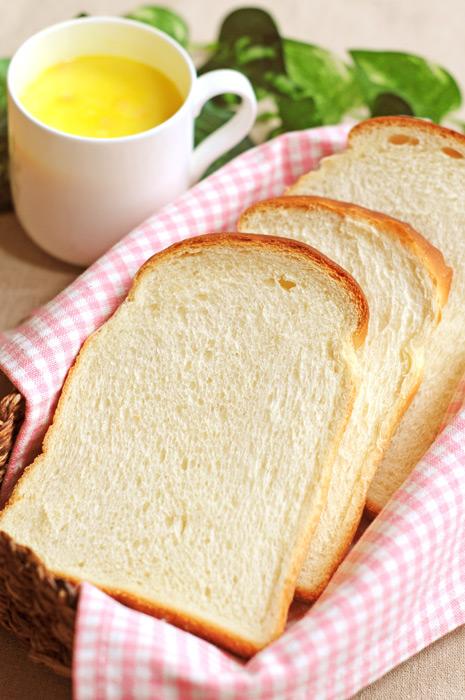 フリー写真 食パンとコーンスープ