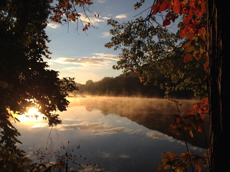 フリー写真 朝日と霧の立つ湖の風景