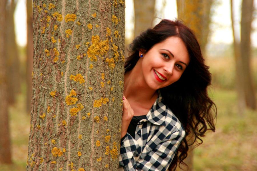 フリー写真 木から顔を出すルーマニア人女性
