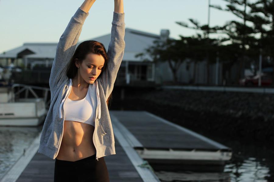 フリー写真 背伸びをして準備運動をする外国人女性