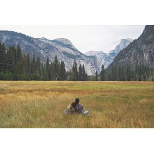 フリー写真, 人物, 女性, 外国人女性, 二人, 友達, 座る(地面), あぐらをかく, 草原, 渓谷, 山, ヨセミテ国立公園, カリフォルニア州, アメリカの風景, 後ろ姿, 人と風景