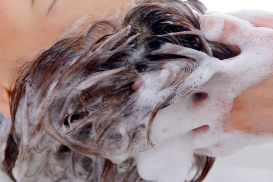 フリー写真 美容室でシャンプーされる髪の毛