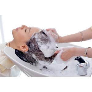 フリー写真, 人物, 女性, アジア人女性, 日本人, 女性(00086), 髪の毛, 手, 美容室, 洗髪(髪を洗う), シャンプー, 泡, 目を閉じる