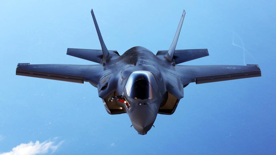 フリー写真 青空を飛ぶF-35BライトニングII