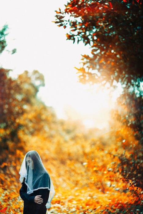 フリー写真 紅葉した木々とベールを被る女性