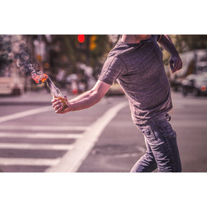 フリー写真, 人物, 男性, 武器, 火炎瓶, 火(炎), 煙(スモーク), 暴動